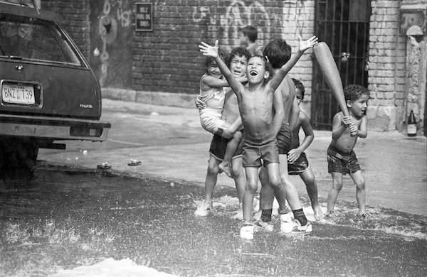 80'sN.Y-子供・夏の路上水遊び