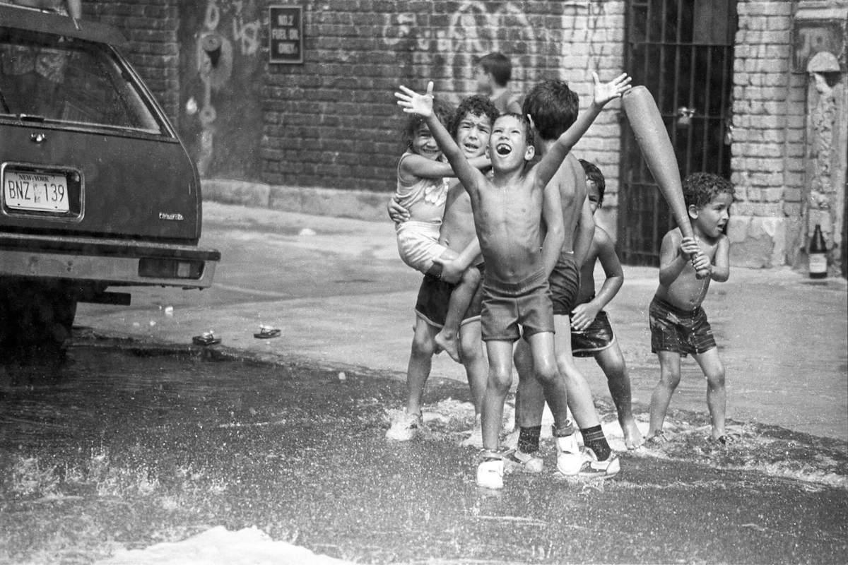 80's夏のN.Yで子供が路上水遊び